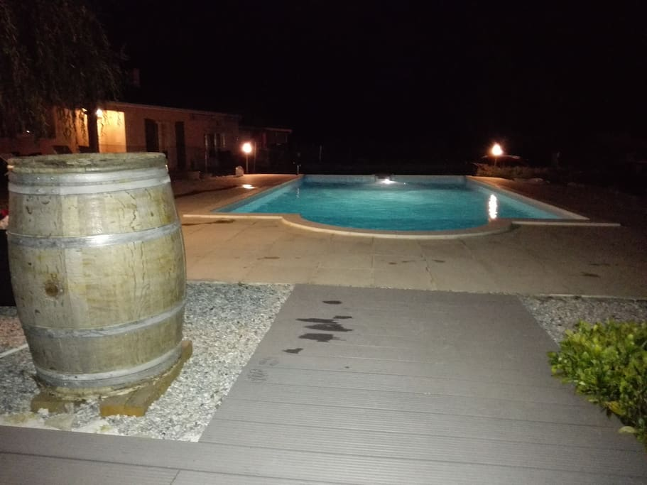 Très belle piscine 10m X 7m, terrasse avec banquette et transats