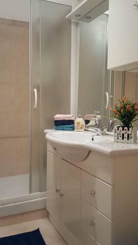 Bagno con finestra e comodissima doccia spaziosa, lavandino e bidè.