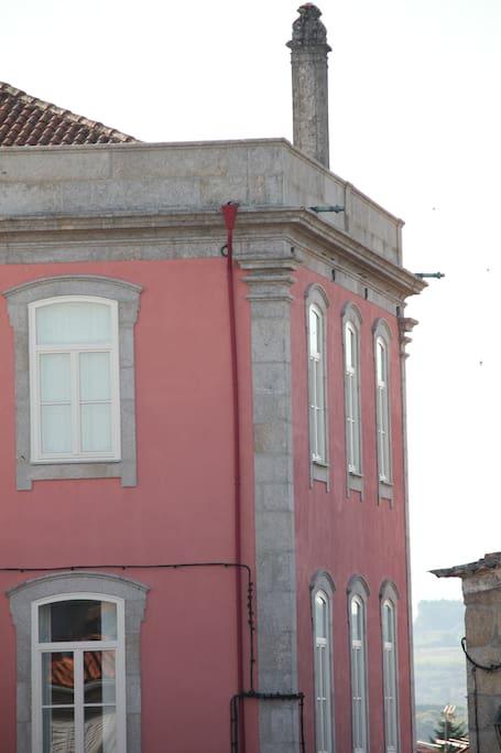 Casa do Miradouro Santar vista da praça
