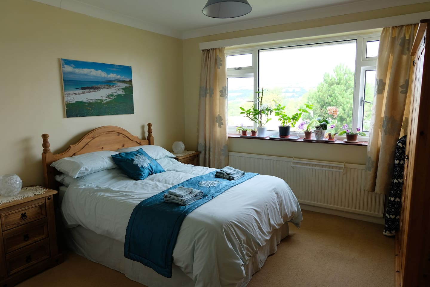 Private double room with en suite, five minute walk to Hive Beach and the south west coastal path, you will find the room most comfortable.