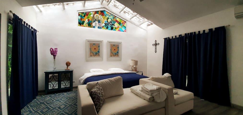 Dormitorio con estudio y baño