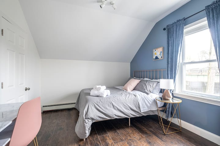 ★ Chic, Clean & Large Bedroom ★ Close to Downtown!
