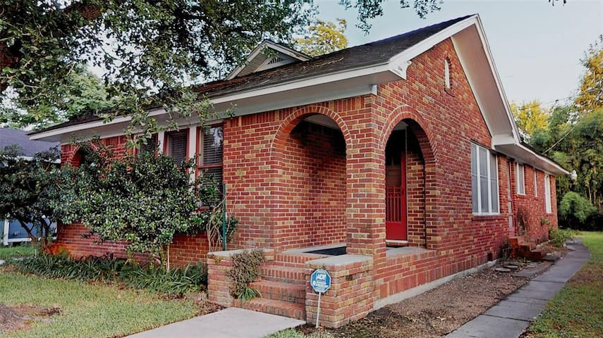 Cozy brick house - Perfect for extended stay