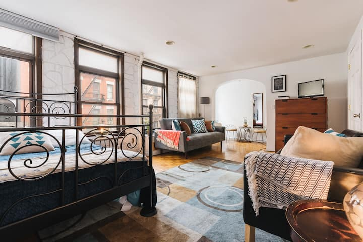 ☆ STUDIO East Village ☆ Own bath! ☆ Sleeps 5