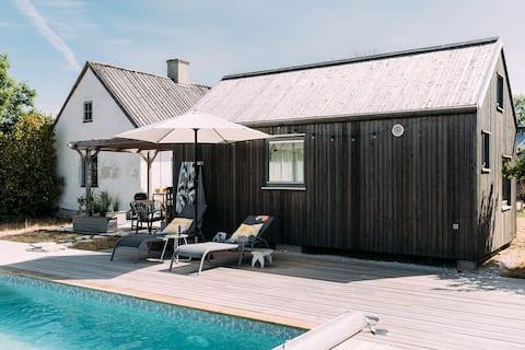 Traditionelt kalkstenshus med pool og gæstehus