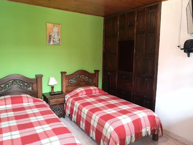 Casa colonial Choachi Habitación 2 camas sencillas