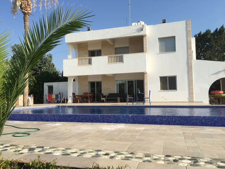 Front of the villa (2/3)