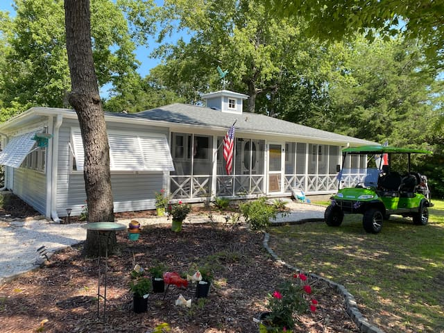 Classic beach bungalow with great yard /location
