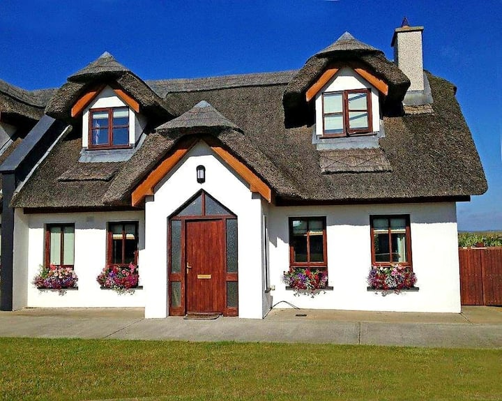 Traditional thatched house in lovely Kilmore Quay