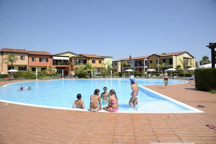 POSEIDONE_Villetta in einem Dorf mit Pool