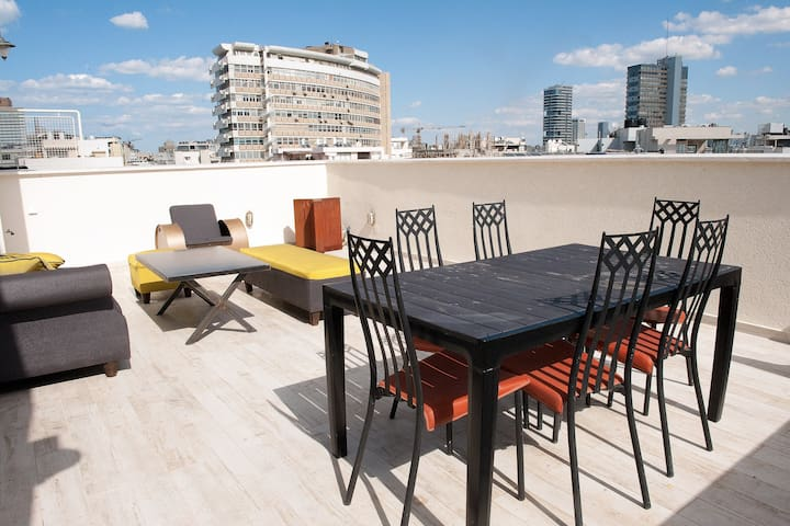 CHIC AND CENTRAL 2BR BY THE SEA