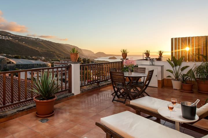Ocean & volcano views, terrace, wifi, concierge, in Villa [apt B]