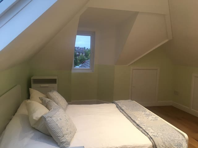 Double bedroom w en-suite bath 3mins from station