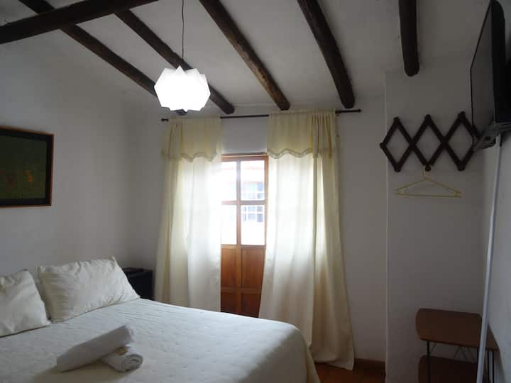 Habitación doble con baño privado.