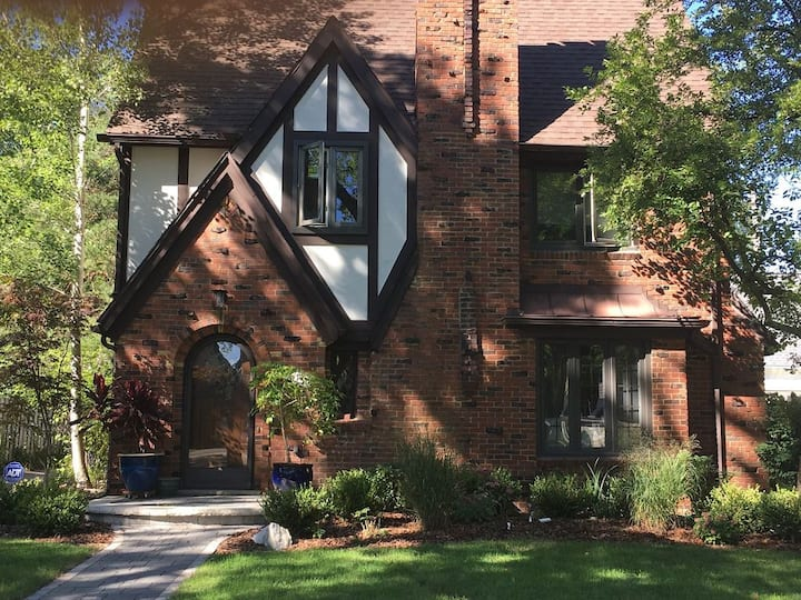 4 bedroom 3.5 bath home-walkable to the Big House
