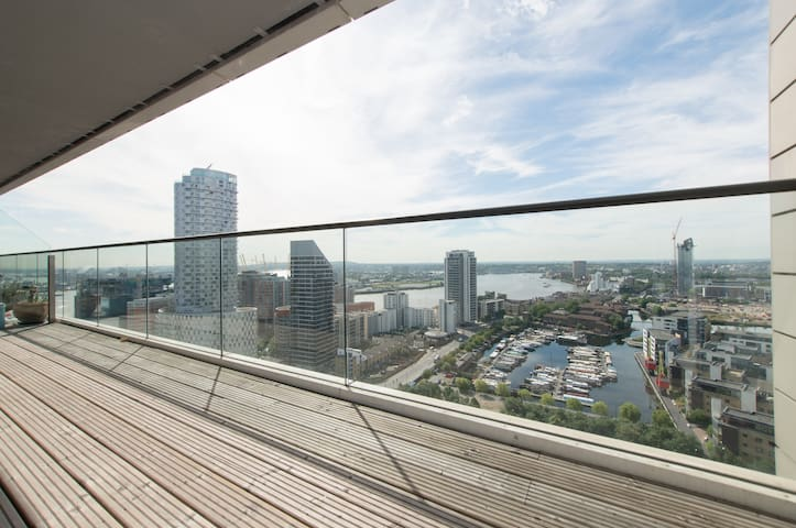 High-rise city flat with stunning views of London - London