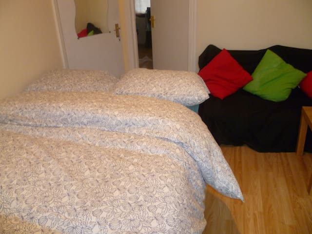 LONDON CANN'S 1BED FLAT, SLEEPS2-4, CLOSE TO CITY.