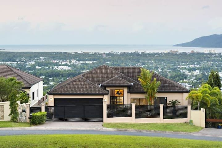 Beautiful Home with amazing view. - Mooroobool - Talo