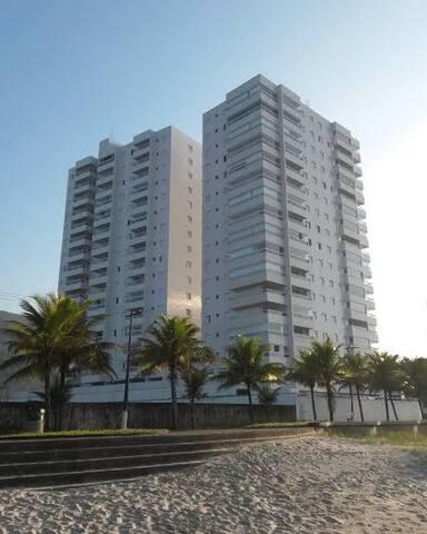 Apartamento Praia Grande pé na areia.