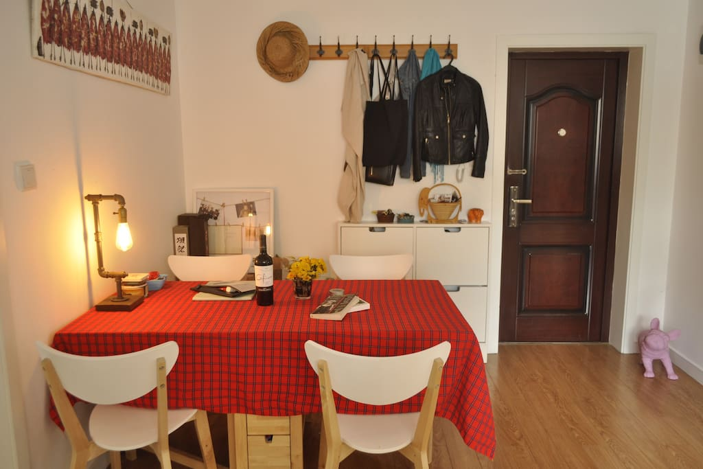 Dining room, with lots of arts and deco from Kenya