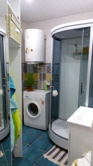 Большая удобная ванная с душевой кабиной, стиральной машинкой, водогреем.
