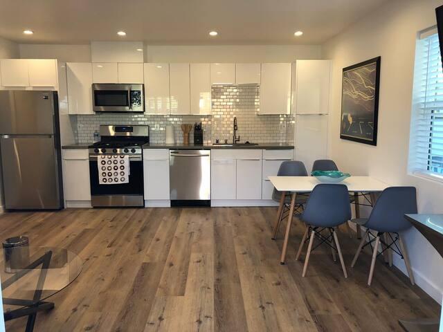 Brand new contemporary unit close to Ventura Blvd