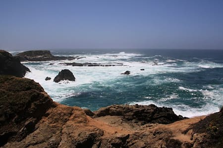 Mendocino coast ocean view studio, walk to beach.