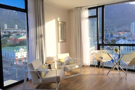 Central Studio w/Mountain View & AC - Appartement