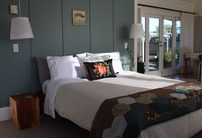 Browns Boutique Bed and Breakfast - River Room - Whanganui