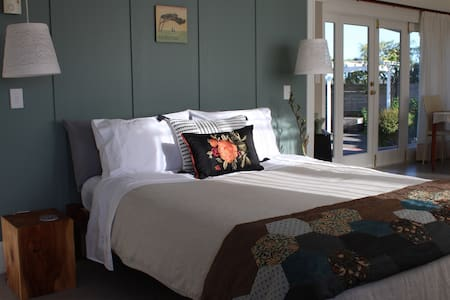Browns Boutique Bed and Breakfast - River Room - Whanganui - Bed & Breakfast