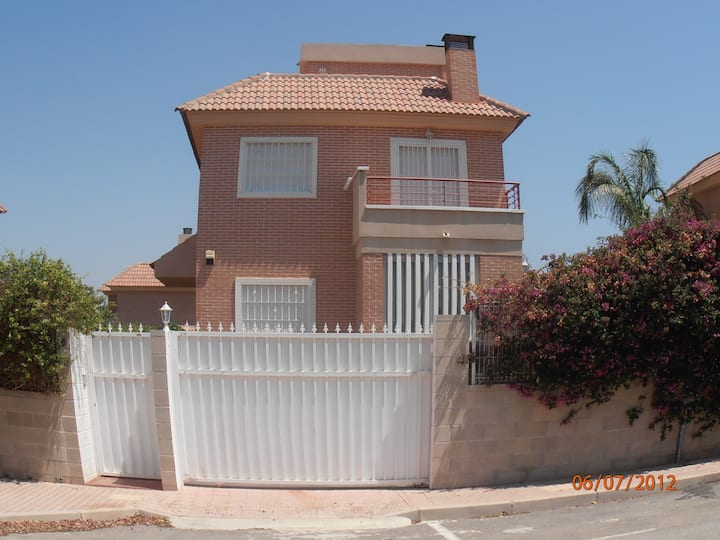 4 bed Villa, pool, wifi, Air con, and games room