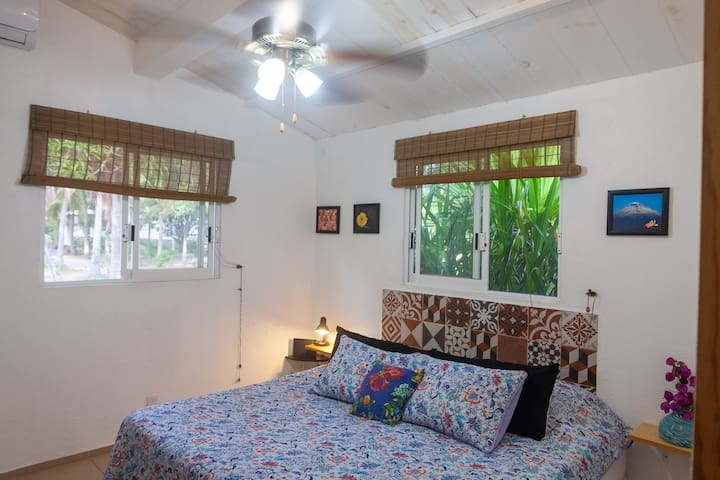 Recámara # 1 con aire acondicionado y ventilador de techo - cama queen
