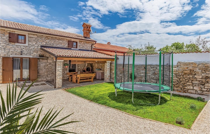 Stunning home in Peruski with WiFi and 2 Bedrooms