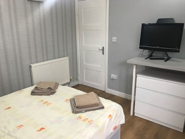 London room for 2 with private access & en-suite!