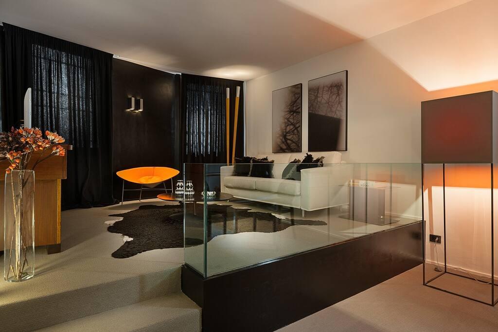 Stupendo e spaziosissimo salotto in balck and white della suite Q3