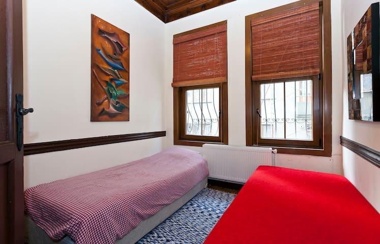 SMALL COSY ROOM IN HISTORICAL HOUSE - kadıköy - บ้าน