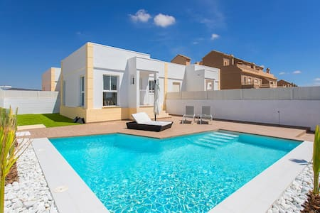 Villa / Private Pool / 15-20 mins to airport