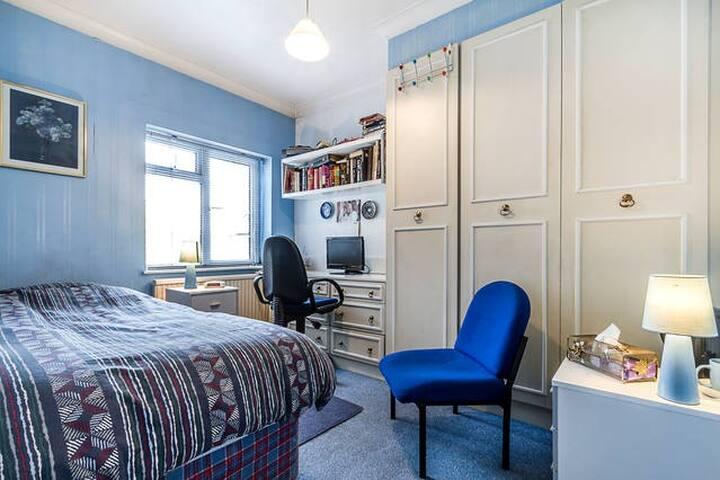 Cosy single room  - Enfield - Bed & Breakfast