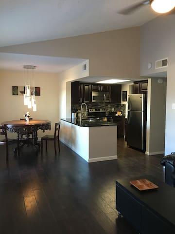 2 bedroom Condo close to Restaurants & shopping