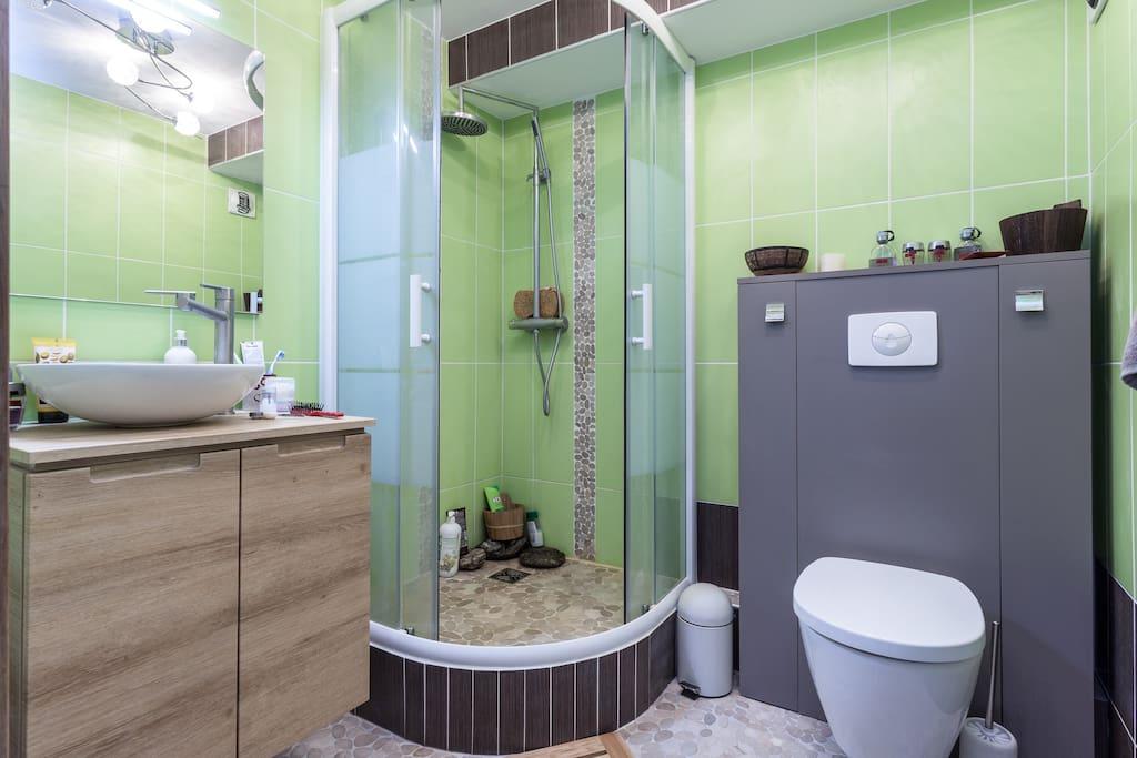 Salle de bain entièrement neuve avec WC à l'étage