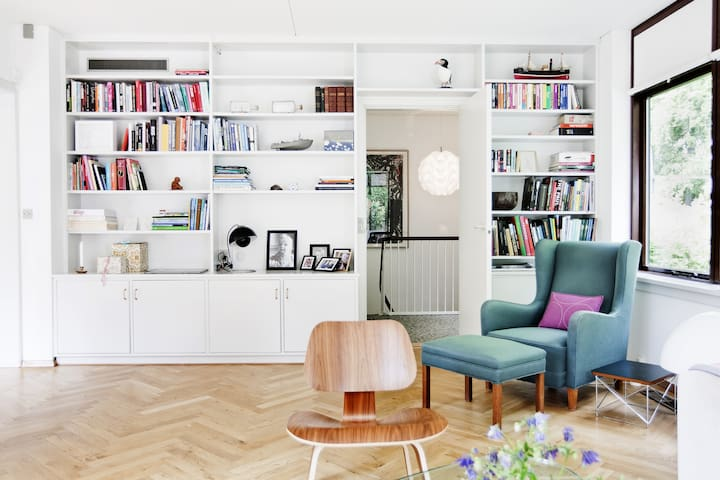 Living Room - a nice place: relaxing in the green chair!