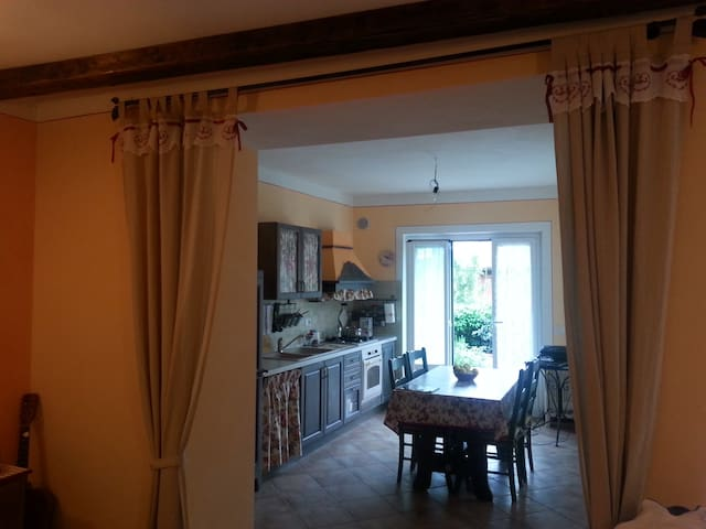 cucina abitabile con grande tavolo