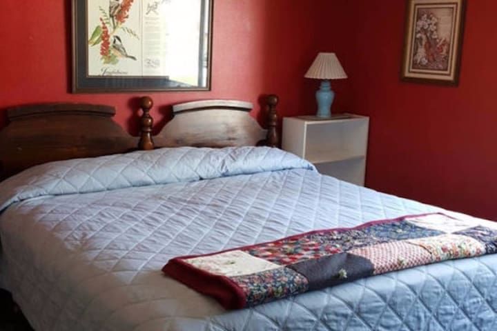 Quiet, private bath and comfy - king-size bed! - Spokane - Huis
