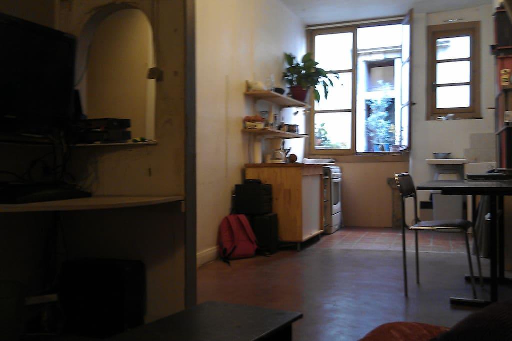 Vue depuis le canapé, télé, salon cuisine. (un clic-clac lit sera aussi installé dans le salon)