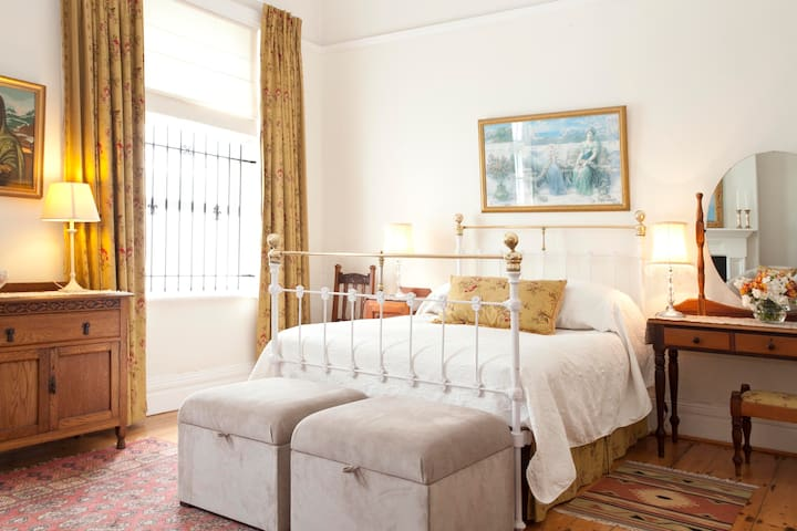 Spacious en-suite Main bedroom