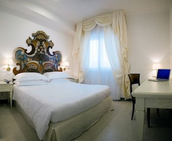 Arcom Palace camera small due - Pomezia - Bed & Breakfast