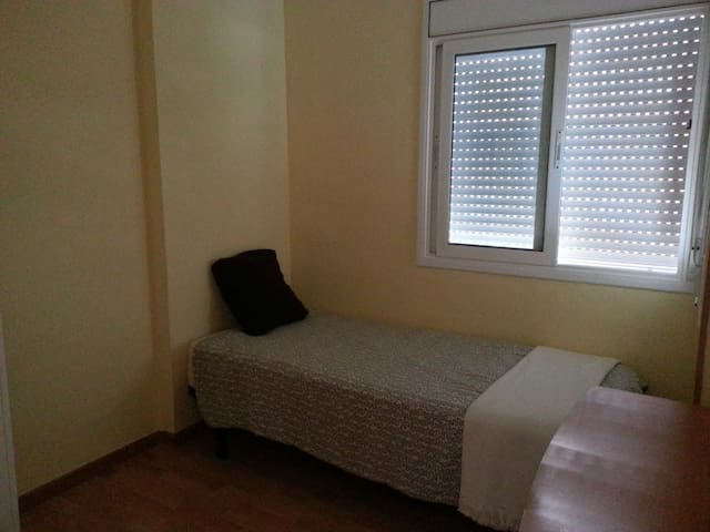 Habitación en piso bien comunicado - SABADELL - Apartament