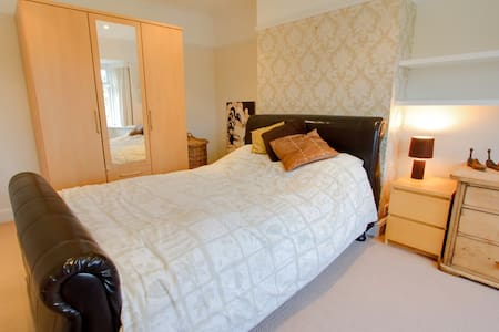 Garden View Double Room w/ Ensuite  - Esher - House