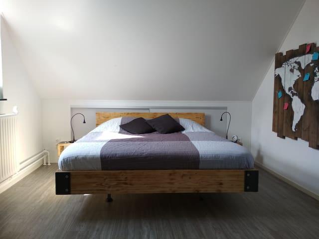 Queensize double bed (140x200)