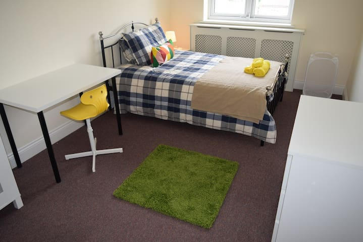 En-suite Bedroom 5 mins from Central Line (4) - Woodford - บ้าน